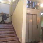 Вход в гостиницу. Есть лифт!