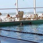 la piscine d'eau de mer et son solarium