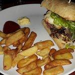mon Burger Auvergnat à peu près convenable mais avec du ketchup sur le pain