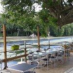 Belle rangée de table le long du Loiret pour déjeuner romantique