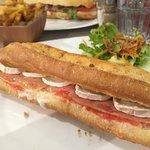 Un Chevremout avec fromage de chevre, de brebis et pan tomate