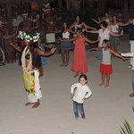 Le public teste la danse tahitienne avant le début du spectacle.