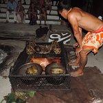 Découverte des mets préparés dans le traditionnel four tahitien.