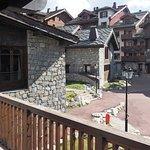grand balcon avec vue sur le village, donc pas sur les montagnes !