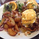 Eggs benedict with spicy pulled pork