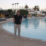 La zona de la piscina es de lo mejor del hotel, con un chiringuito en medio de las piscinas