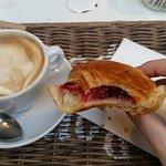 Croissant con marmellata artigianale ai lamponi