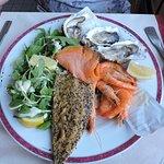 L'entrée avec huîtres, saumon, crevettes, maquerau fumé