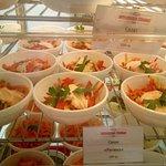 Большой выбор салатов.