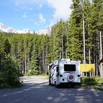 Einfahrt (mit Self-registration) des Waterfowl Lakes Campground