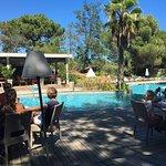 déjeuner au bord de la piscine