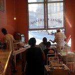 Salle pour petit déjeuner avec bar