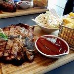 US T-Bone Steak mit hausgemachter BBQ-Sauce, Coleslaw und dicken Pommes [inkl. Bone 600g]