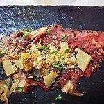 Roastbeef de txuleta a la brasa, durazno herreño, mojo palmero y queso gomero