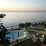 Magnifique hôtel les pieds dans l'eau. Voici le magnifique coucher de soleil depuis le balcon de