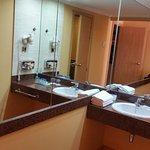 zona del lavabo, el water y bañera están separados