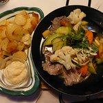 Tafelspitz mit Gemüse, Apfelkren und Bratkartoffeln