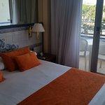 habitación con pequeño balcón