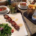 Brochettes de filet mignon de porc,ratatouille et frites...