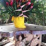 precioso arreglo con las plantas y flores del lugar