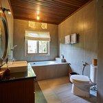 Deluxe Garden view bathroom