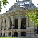 One end of Petit Palais, showing the large details and architecture of the building. Via EUtouri