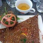 Galette au saumon au fond de la photo, et cidre.