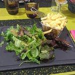 Brochettes d'onglet avec salade et frites...