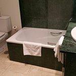 baño muy completo con agarrador para salir bien si lo usas como ducha
