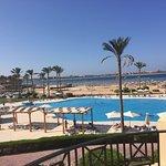 """Blick auf den """"Activ-Pool"""" und den Strand"""