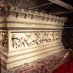 Büyük İskender için yapılan lahit. Bunun gibi çok değerli eser bu müzede ziyaretçileirni bekliyo