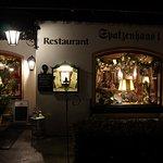 restauracja wieczorem