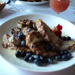 Un déjeuner succulent, pain doré aux bleuets