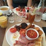 assiette de brunch salé + jus d'orange et un thé glacé