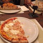 Pizza mit Mascarpone und Zwiebeln und Calzone