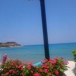Widok z hotelowego tarasu na plażę i morze