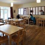 La sala da pranzo con al fondo il salottino (troppo piccolo). La cucina spaziosa e luminosa a de