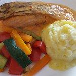 La pavé de saumon et sa sauce poivrons