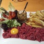 Tartare de bœuf coupé au couteau et frites fraîches