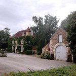 Vue de la cour du château de Ribourdin (89240 Chevannes)