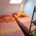 Chambre enfants avec lit gigogne porte condamnée vue tête de lit