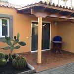 Entrada al bungalow con terraza