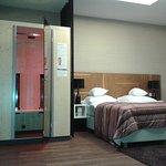 Jeden z pokoi (ten sypialny) w apartamencie executive (#17) z kabiną Physiotherm - prywatne spa