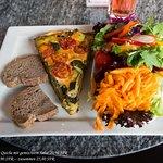 Quiche mit gemischtem Salat und Brot - 20,90 SFR