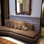 Un sofá en la sala de la habitación