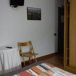 La habitación era bastante pequeña, a juego con la mesita y la tv
