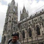 Frente a la Iglesia más alta de Quito