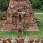 壊れた仏塔も多くあります。