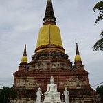 仏塔の裏正面こちらにも大きな仏像が。