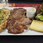Assiette avec entrecote, truffade, sauce au bleu salade et saint nectaire